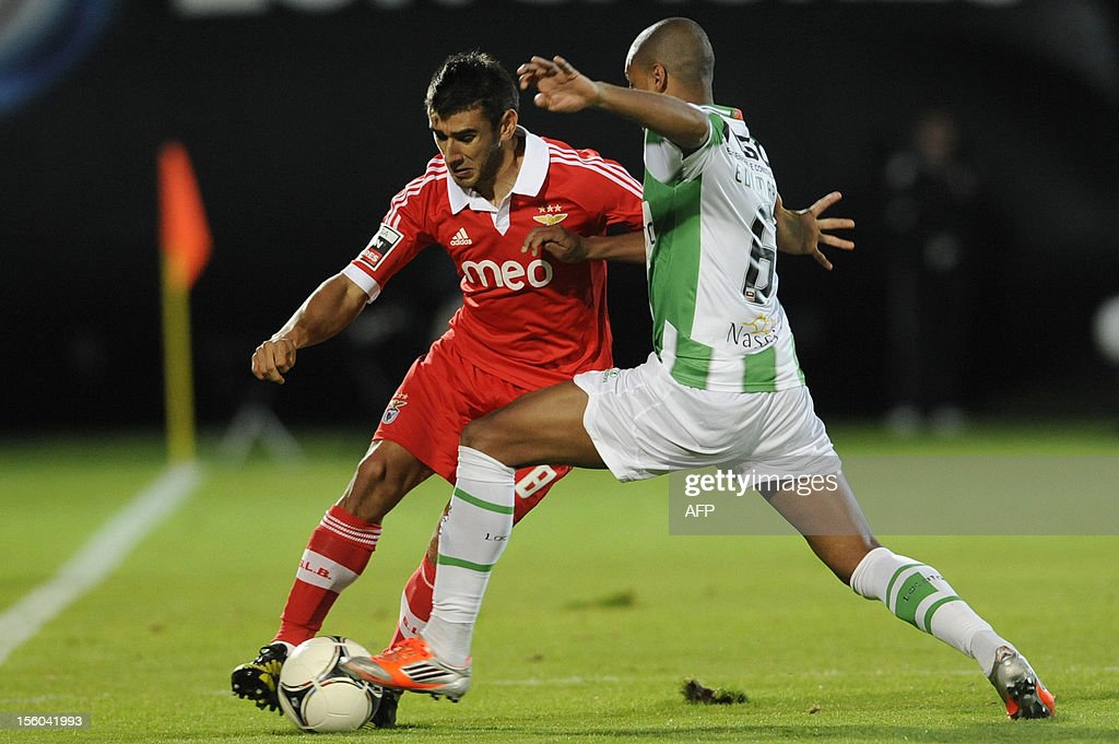 Rio Ave's Brazilian defender Edimar (R) vies with Benfica's Argentinian midfielder Eduardo Salvio during the Portuguese League football match Rio Ave vs Benfica at the Rio Ave stadium in Vila do Conde on November 11, 2012. AFP PHOTO / FERNANDO VELUDO