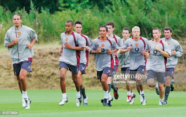 Rio Ferdinand David Bellion Chris Eagles Kieran Richardson David Jones Liam Miller Alan Smith Phillip Bardsley and Roy Keane of Manchester United in...