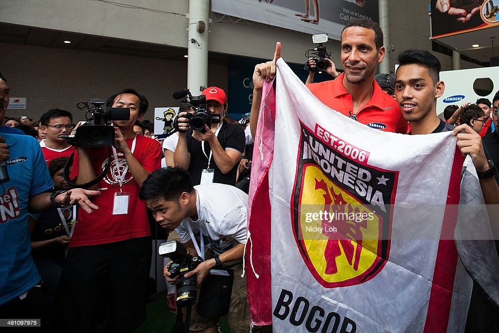 <a gi-track='captionPersonalityLinkClicked' href=/galleries/search?phrase=Rio+Ferdinand&family=editorial&specificpeople=157538 ng-click='$event.stopPropagation()'>Rio Ferdinand</a> greets supporters during a meet-the-fans session on May 16, 2014 in Singapore.