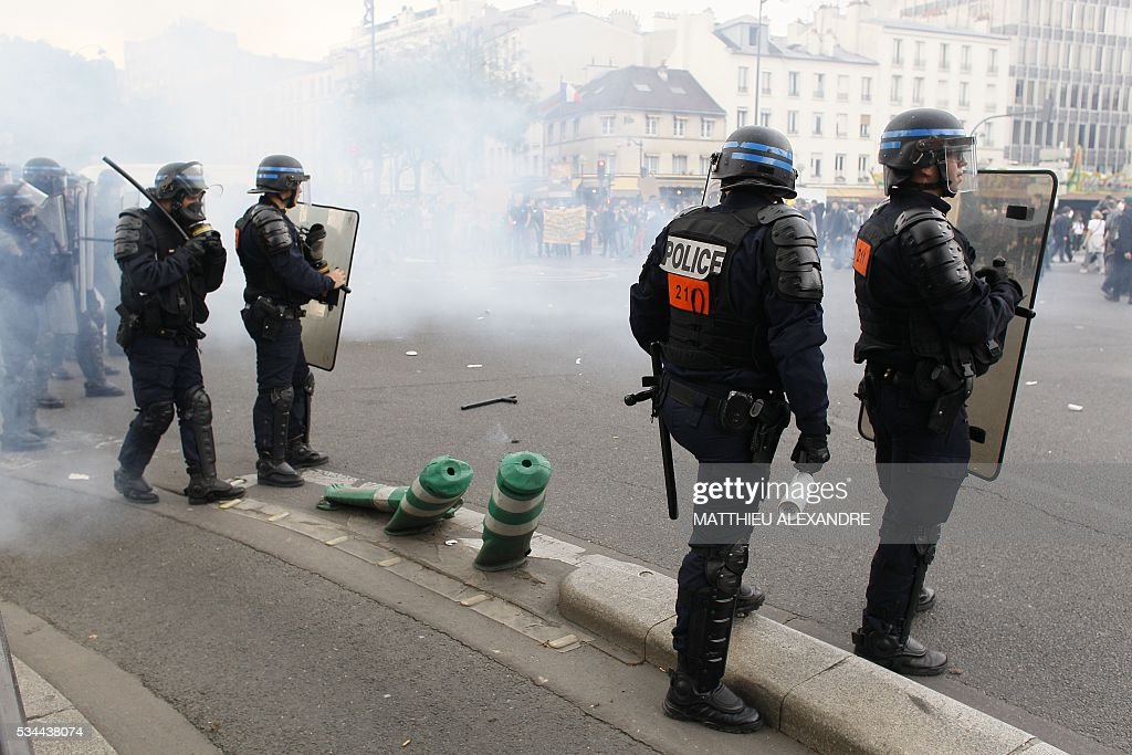 Riot police clash with demonstrators during a protest against the government's labour market reforms in Paris, on May 26, 2016. The French government's labour market proposals, which are designed to make it easier for companies to hire and fire, have sparked a series of nationwide protests and strikes over the past three months. / AFP / MATTHIEU