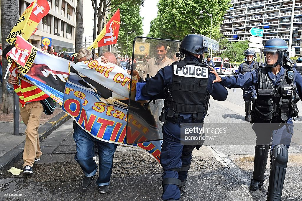 Riot police disperse unionists protesting against the government's proposed labour reform on May 25, 2016 in Marseille, southeastern France. / AFP / BORIS