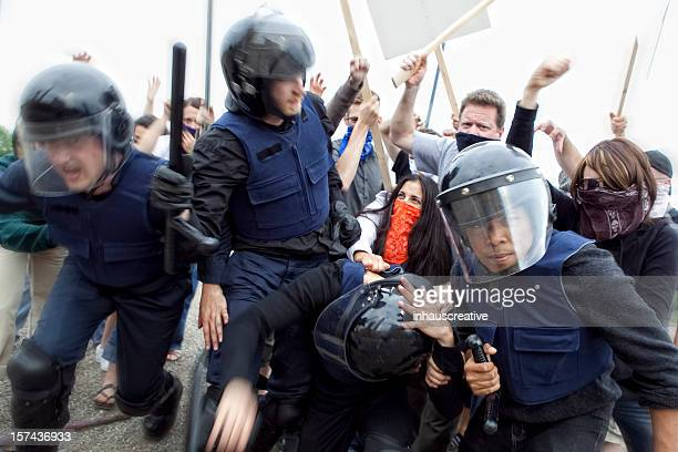 Policía antidisturbios lucha enojado accesible para personas con discapacidades motrices