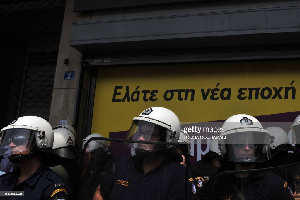 Riot police guard the Interior Ministry in the center of Athens on May 25, 2010 as outdoor fruit and vegetable market vendors protest against tax reforms. Greek Development Minister Louka Katseli said on May 25 that crisis-hit Greece would emerge from recession at the end of 2011 after 'two difficult years' when measures to cut spending and boost growth started paying off. AFP PHOTO / Louisa Gouliamaki