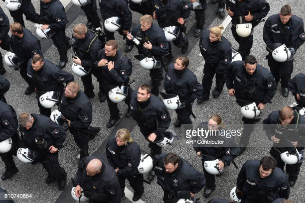 Riot police is pictured on July 8 2017 in Hamburg northern Germany as world leaders meet during the G20 summit / AFP PHOTO / Christof STACHE