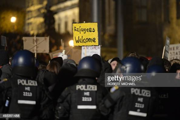 Riot Police prevent leftwing protestors from getting close to aupporters of the PEGIDA movement 'Patriotische Europaeer gegen die Islamisierung des...