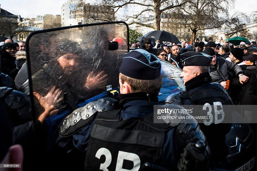 Riot police push back protesters on the Place de la Nation in Paris on February 9, 2016, during a demonstration by non-licensed private hire cab drivers, known in France as VTC (voitures de tourisme avec chauffeur or tourism vehicles with chauffeur). VTC drivers continued a fifth day of protests on February 9 against measures granted by the French prime minister to taxi drivers. / AFP / Geoffroy Van der Hasselt