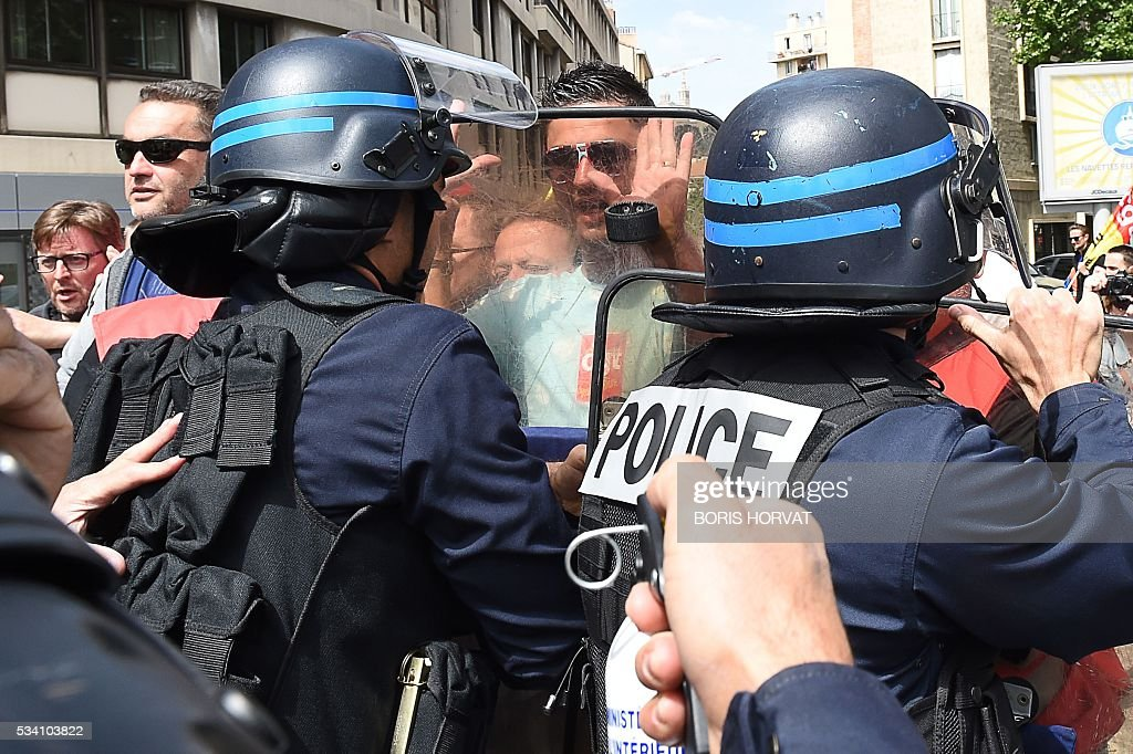 Riot police try to disperse unionists protesting against the government's proposed labour reform on May 25, 2016 in Marseille, southeastern France. / AFP / BORIS