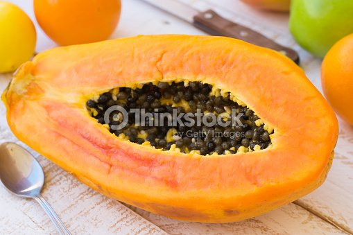 Madura jugosa a la mitad papaya en la mesa de la cocina for Maduras en la cocina