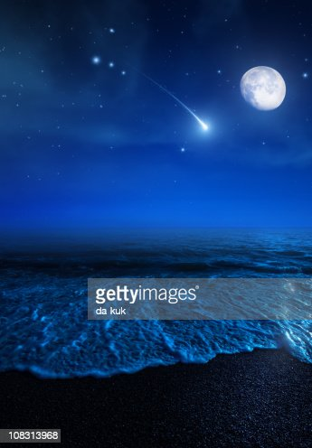 Rising Mond über dem Meer