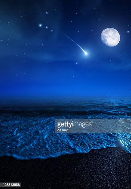 Crescendo Lua sobre o mar