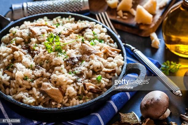 Risotto svamp porcini på blåaktig köksbord