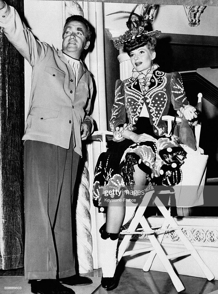 Rita Hayworth et le metteur en scène Charles Vidor règlent la prochaine scène du film, à Hollywood, Californie, Etats-Unis circa 1940.