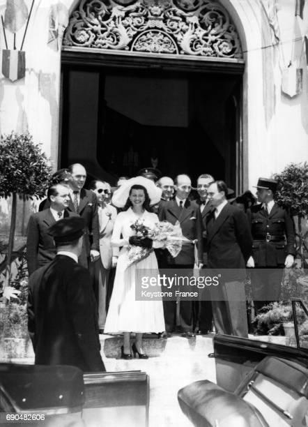 Rita Hayworth et le prince Ali Khan à la sortie de la mairie lors de leur mariage le 28 mai 1949 à Vallauris France