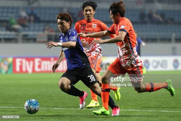 Ritsu Doan of Gamba Osaka competes for the ball with Ahn HyunBeom of Jeju United FC during the AFC Champions League Group H match between Jeju United...
