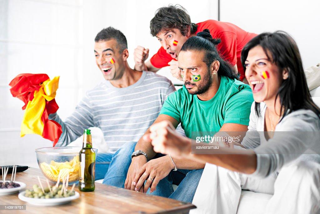 Konkurrenten Fußball-fans jubeln im Wohnzimmer : Stock-Foto