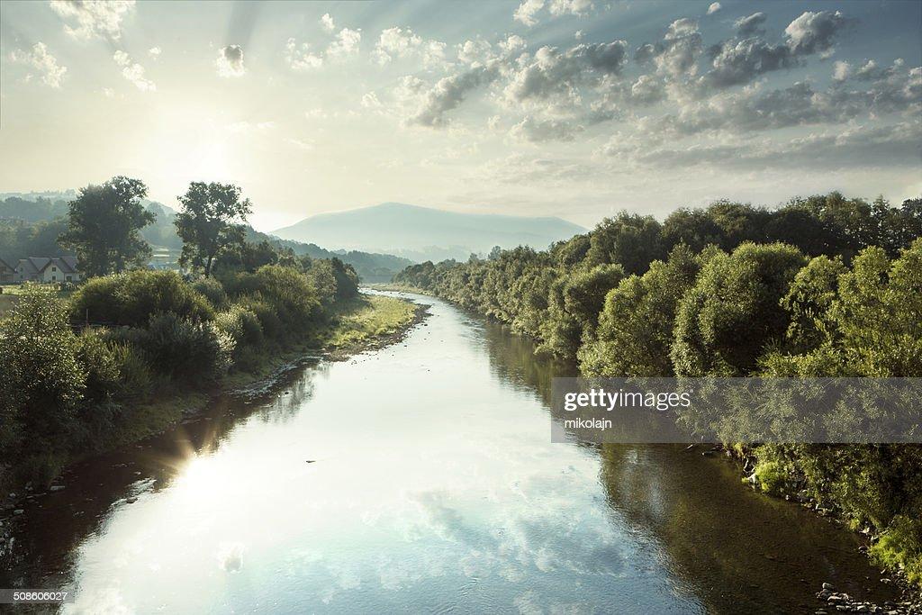 Rio na paisagem do vale durante o nascer do sol : Foto de stock