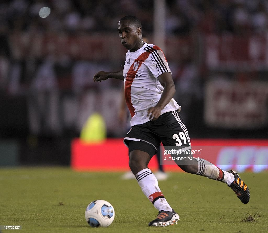 River Plate's defender Eder Alvarez Balanta controls the ball during their Argentine First Division football match against Quilmes, at the Monumental stadium in Buenos Aires, Argentina, on April 28, 2013. AFP PHOTO / Alejandro PAGNI