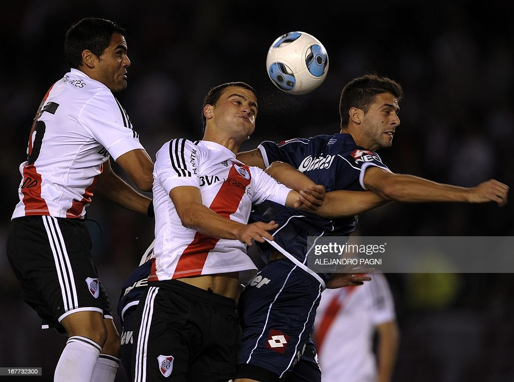River Plate's defender Leandro Gonzalez Pirez (C) vies for the ball with Quilmes' defender Ernesto Goni (R) during their Argentine First Division football match, at the Monumental stadium in Buenos Aires, Argentina, on April 28, 2013. AFP PHOTO / Alejandro PAGNI