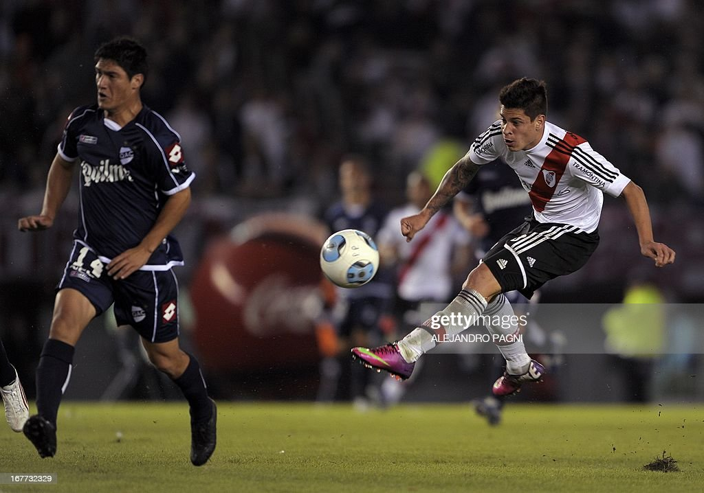 River Plate's forward Juan Manuel Iturbe (R) kicks the ball next Quilmes' defender Ismael Quilez during their Argentine First Division football match, at the Monumental stadium in Buenos Aires, Argentina, on April 28, 2013. AFP PHOTO / Alejandro PAGNI
