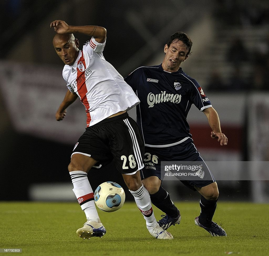 River Plate's midfielder Cristian Ledesma (L) vies for the ball with Quilmes' mifielder Fernando Elizari during their Argentine First Division football match, at the Monumental stadium in Buenos Aires, Argentina, on April 28, 2013. AFP PHOTO / Alejandro PAGNI