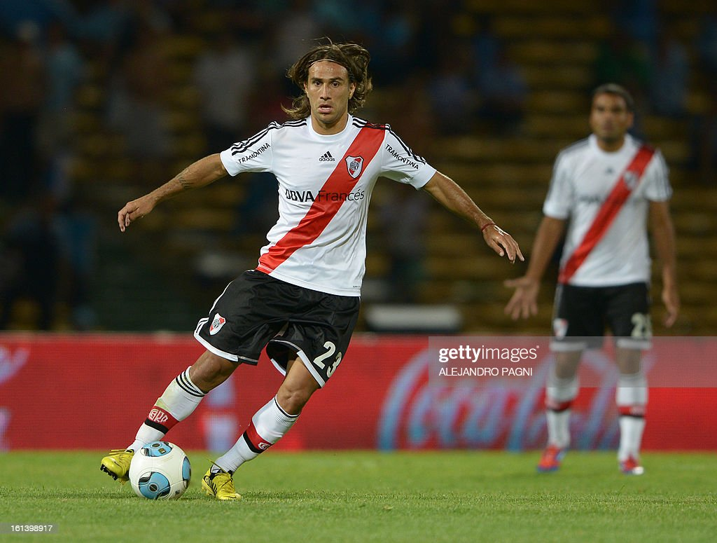 River Plate's midfielder Leonardo Ponzio controls the ball during their Argentine First Division football match against Belgrano, at Mario Alberto Kempes stadium in Cordoba, Argentina, on February 10, 2013.