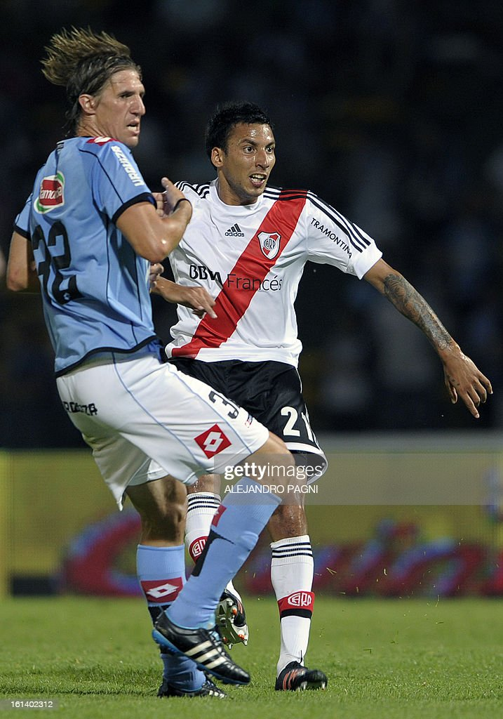 River Plate's midfielder Leonel Vangioni (R ) eyes the ball next Belgrano's midfielder Esteban Gonzalez after shooting to score during their Argentine First Division football match at Mario Alberto Kempes stadium in Cordoba, Argentina, on February 10, 2013. AFP PHOTO / ALEJANDRO PAGNI