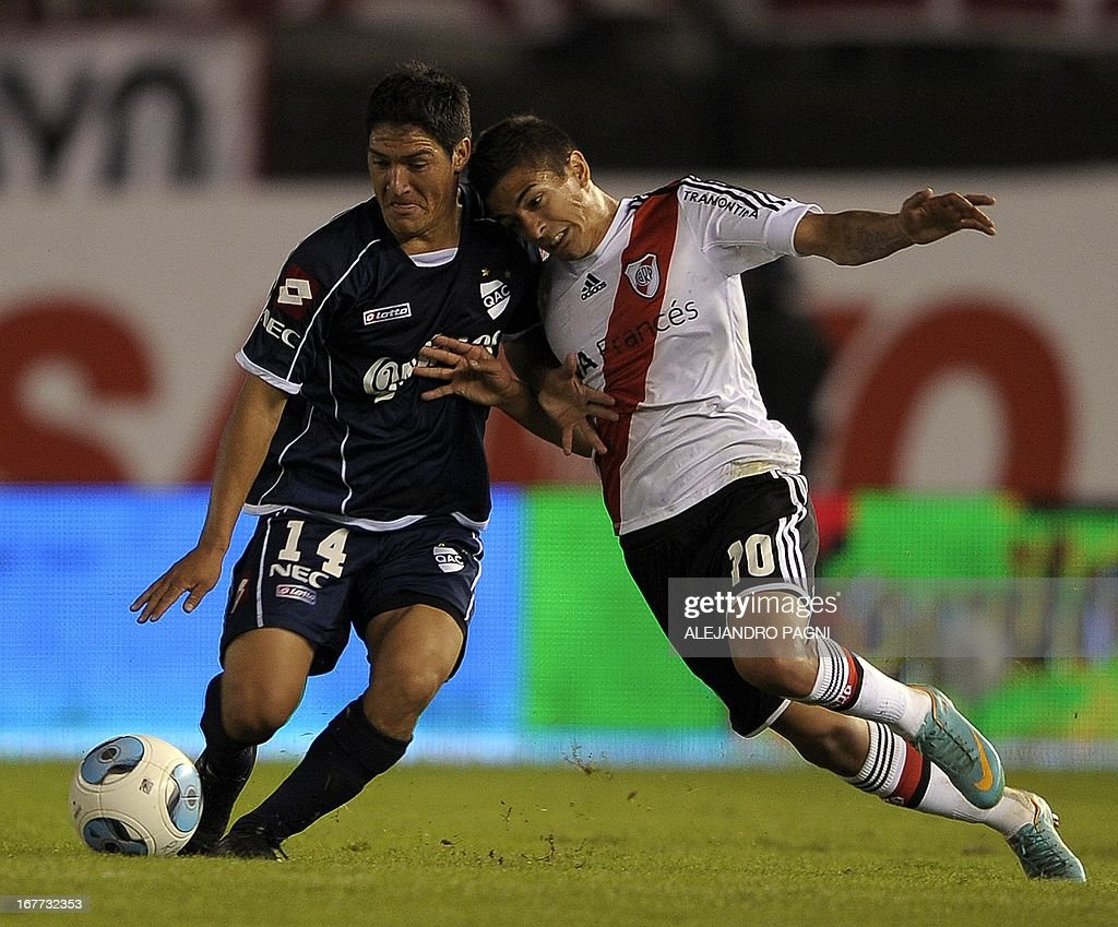 River Plate's midfielder Manuel Lanzini (R) vies for the ball with Quilmes' defender Ismael Quilez during their Argentine First Division football match, at the Monumental stadium in Buenos Aires, Argentina, on April 28, 2013. AFP PHOTO / Alejandro PAGNI