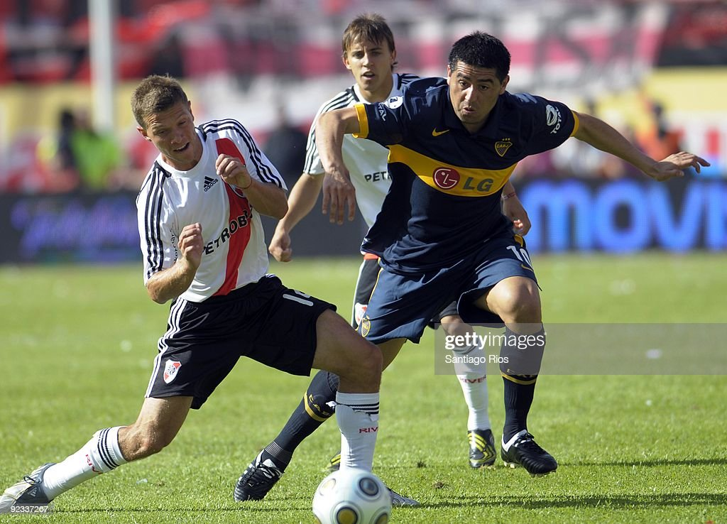 River Plate´s Nicolas Domingo (L) vies for the ball with Boca Junior´s <a gi-track='captionPersonalityLinkClicked' href=/galleries/search?phrase=Juan+Roman+Riquelme&family=editorial&specificpeople=243174 ng-click='$event.stopPropagation()'>Juan Roman Riquelme</a> during the Argentinean Championship Primera A match on October 25, 2009 in Buenos Aires, Argentina.