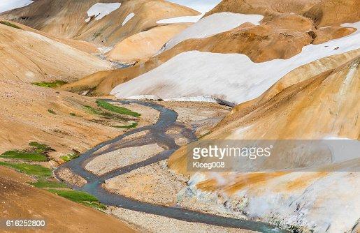 River, Snow and Orange Hills in Kerlingarfjoll : Foto de stock