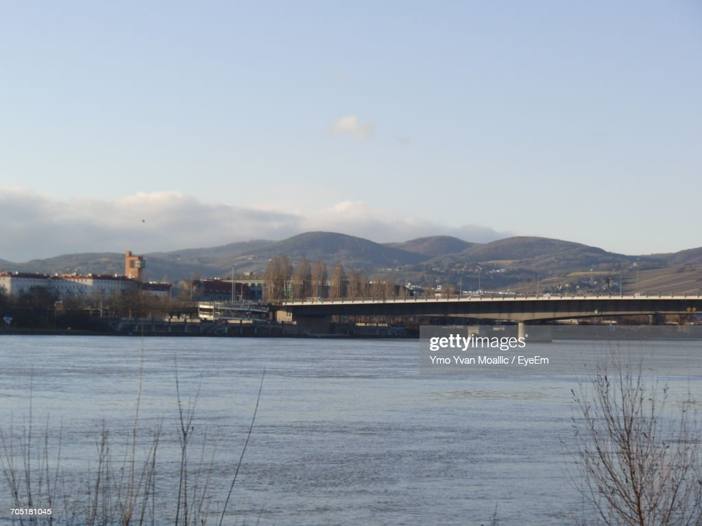 River With Mountain Range In Background : Stock-Foto