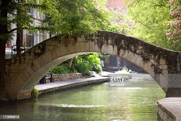 Riverwalk puente Stone Arch
