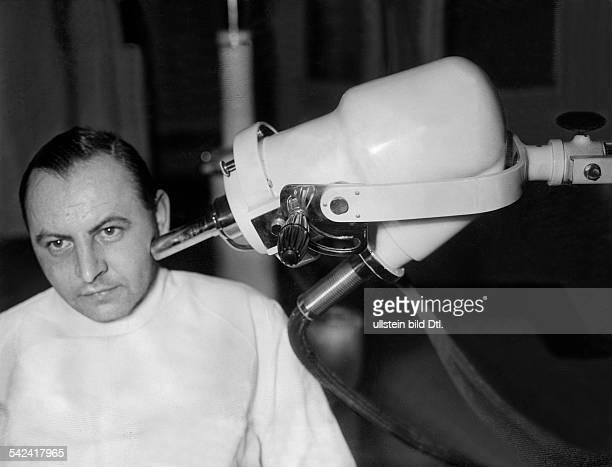 Röntgenbehandlung Die strahlende Anodewird ganz nahe an die kranke Hautselleherangebracht Weiche Röntgenstrahlendurchdringen zerstörend das...