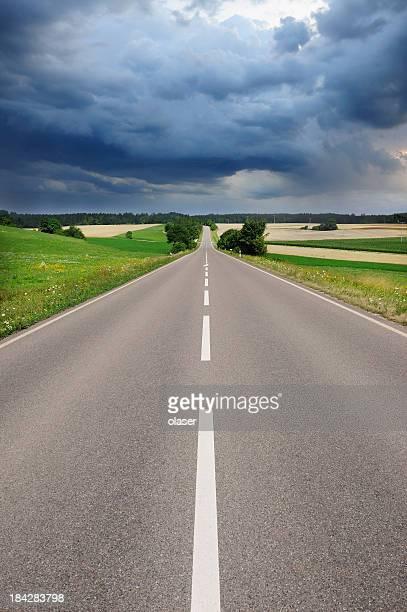 Straße und Dramatischer Himmel, frische asphalt