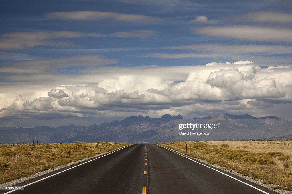 Road and valley, Great Sand Dunes, Colorado, United States : Foto de stock