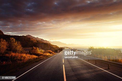 Estrada do mar na hora do nascer do sol, Ilha de Lofoten, Noruega : Foto de stock