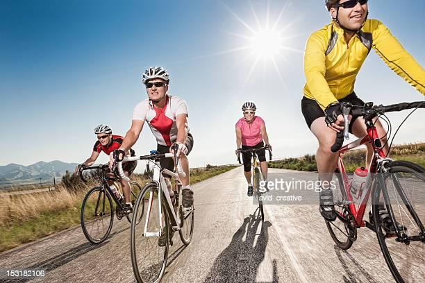 Road-Radfahrer Reiten zusammen