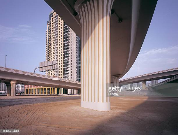 Infrastructures routières et appartements dans une tour de plus en plus élargie Dubaï