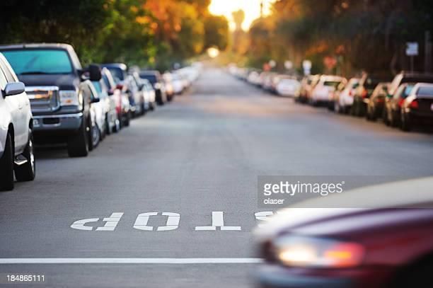 Road junction, stop Wort, motion verschwommen Auto