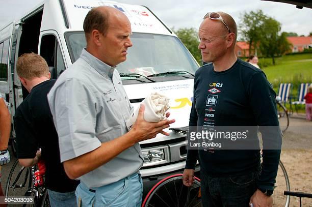Road Men ELITE Direktoer Bjarne Riis Team CSC talking to Manager Tom Breschel Team PH