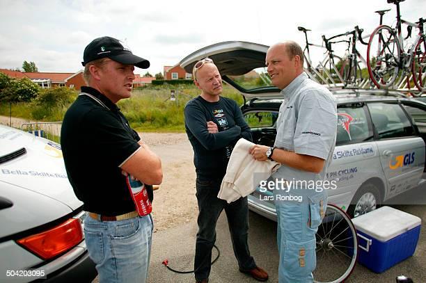 Road Men ELITE Direktoer Bjarne Riis Team CSC talking to Manager Tom Breschel and Rolf Soerensen Team PH