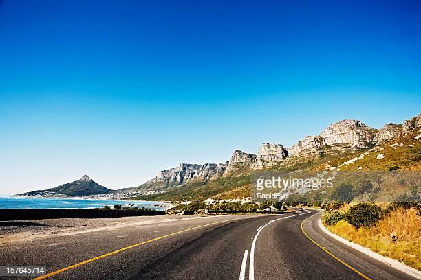 Strada passato la catena montuosa dei Dodici Apostoli montagne di Città del Capo
