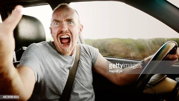 Road rage: Homme criant et hurlant conducteur, agitant et yelling
