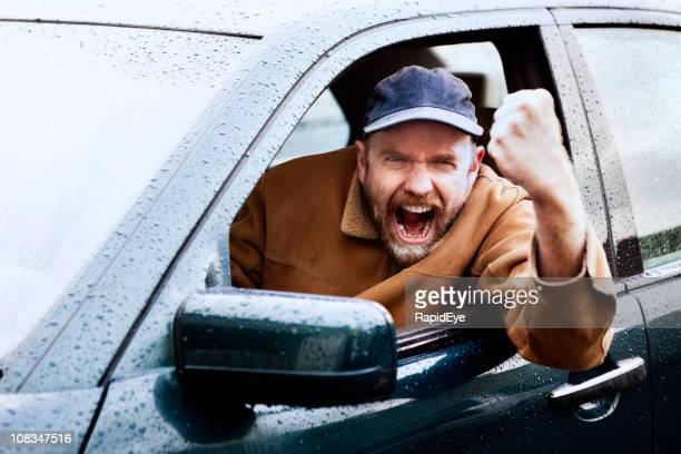 イライラ運転規則に勤めたこぶしを振るドライバ