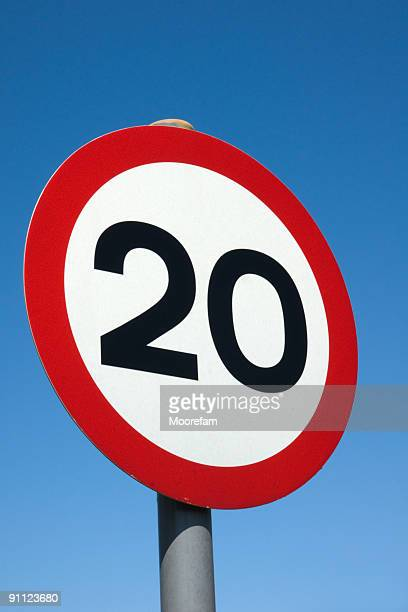 Placa de sinalização mostrando 20MPH limite de velocidade no Reino Unido