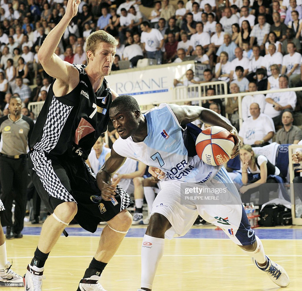 Roanne's French guard Pape Philippe Amagou (R) vies with Orleans French forward Justin Doelleman during the French ProA basketball play-off match Roanne vs. Orleans on May 25, 2010 in Roanne, eastern France.
