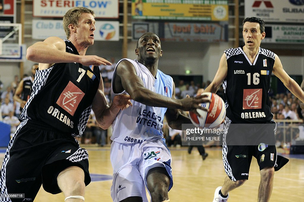 Roanne's Ivorian guard Souleyman Diabate (C) tries to escape from Orleans's French forward Justin Doelleman (L) and guard Laurent Sciarra during the French ProA basketball play-off match Roanne vs. Orleans on May 25, 2010 in Roanne, eastern France.