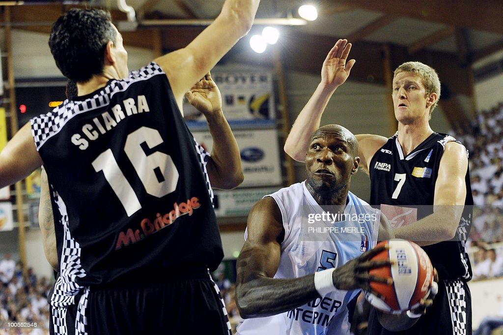 Roanne's Nigerian center Uche Nsonwu-Amadi (C) vies with Orleans French guard Laurent Sciarra (L) and forward Justin Doelleman during the French ProA basketball play-off match Roanne vs. Orleans on May 25, 2010 in Roanne, eastern France.