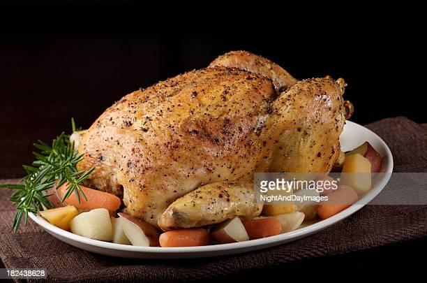 Pollo arrosto con verdure fresche sul piatto, sfondo nero