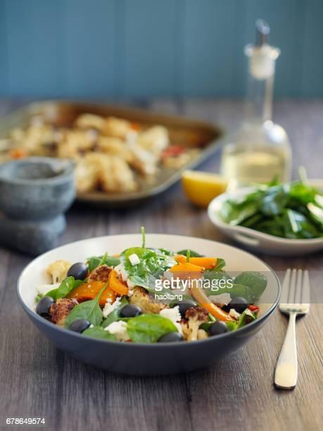 Gebratenes Gemüse mit Spinatsalat
