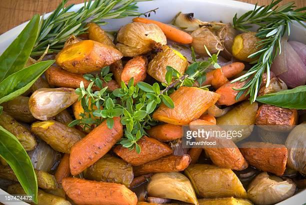 Verdure arrostite: Carote e patate, Parsnips, cibo vegetariano Giorno del Ringraziamento